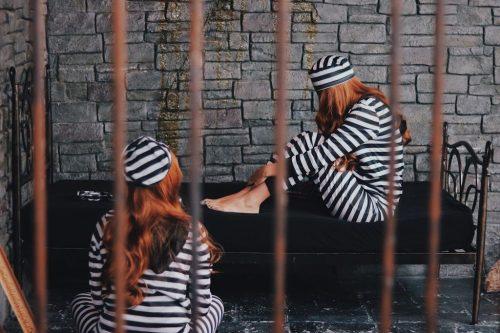 「双子ルック」「囚人」「女性・女の子」「牢屋」「鉄格子」などがテーマのフリー写真画像