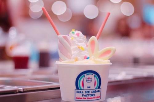 「アイスクリーム」「スイーツ」「スプリンクル」「ホイップクリーム」「ロールアイスクリーム」「生クリーム」などがテーマのフリー写真画像