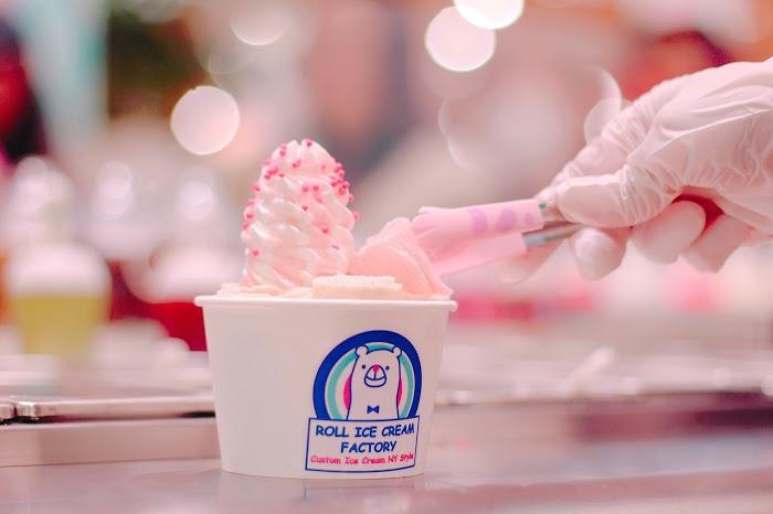 「boba」「スプリンクル」「タピオカ」「ホイップクリーム」「ミルク」「生クリーム」「縦長画像」「飲み物」などがテーマのフリー写真画像