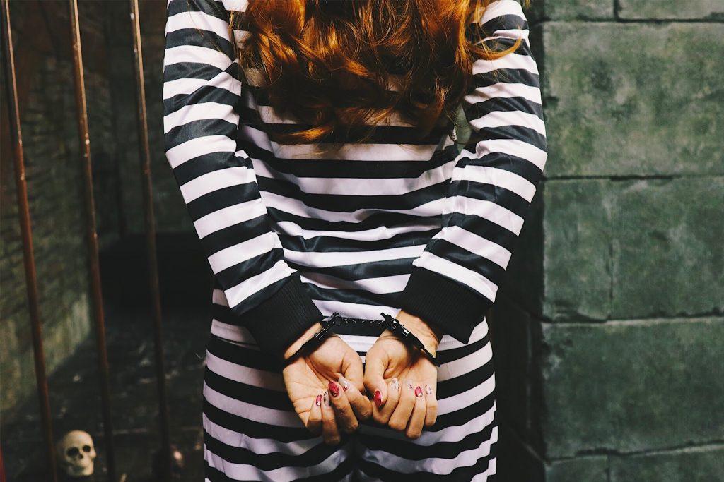 「ドクロ」「囚人」「女性・女の子」「手錠」「牢屋」「縦長画像」「薔薇」「鉄格子」などがテーマのフリー写真画像