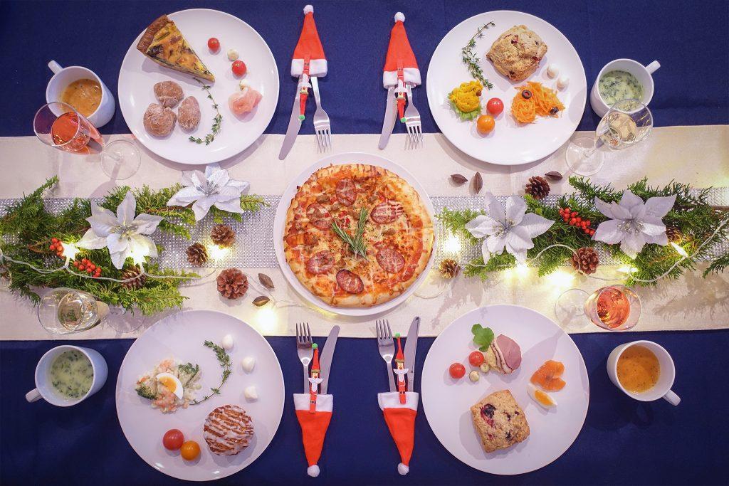 「クリスマスパーティ」「テーブルセッティング」「リース」「俯瞰撮り」「植物」「真上から」「電飾」「食べ物」「食器」などがテーマのフリー写真画像