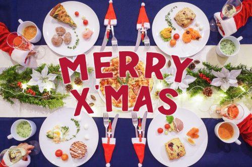 「クリスマスパーティ」「テーブルセッティング」「リース」「俯瞰撮り」「女性・女の子」「文字入り」「植物」「真上から」「電飾」「食べ物」「食器」などがテーマのフリー写真画像