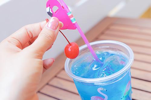 フリー写真素材:飲み物についていたサクランボをつまむ指先