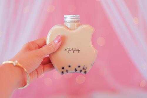 フリー写真素材:りんごボトルに入った鉄観音茶のタピオカミルクティ