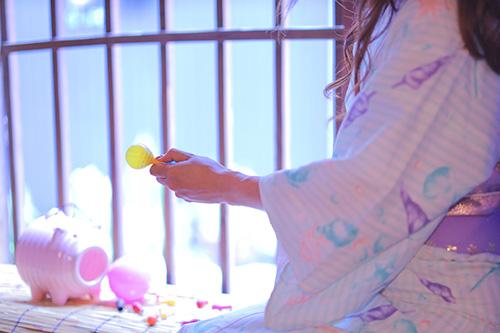 フリー写真素材:水風船を膨らまそうとする浴衣の女の子