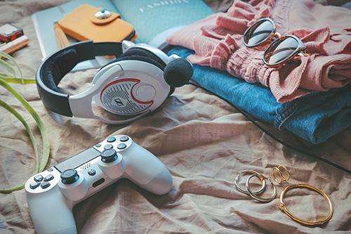 フリー写真素材:#stayHome 家にいるのでほぼゲームしかしていない女の子の部屋