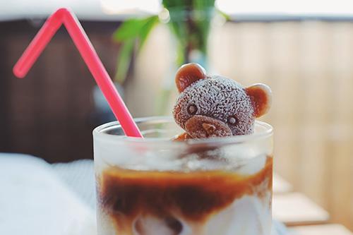 フリー写真素材:カフェラテに浮かぶ可愛すぎるクマ氷