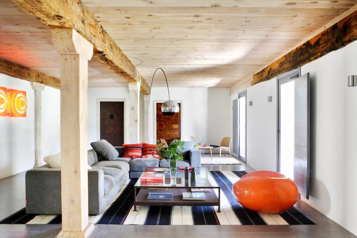 Interior casa campo con geotermia y suelo radiante