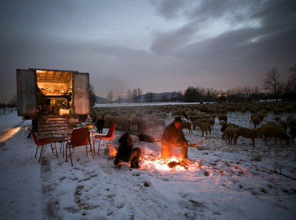 I pastori Franco e Julian accendono un fuoco per la notte (Crespano del Grappa)