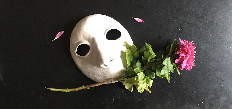 das Verstummen unter der Maske