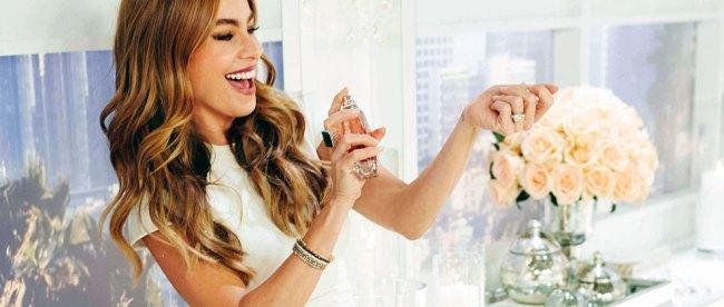 Ilustrasi: wanita memakai parfum