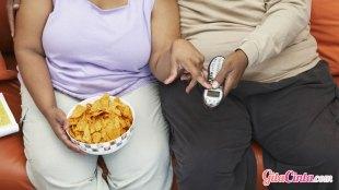 Ilustrasi: makan sambil bermain gadget dapat memicu obesitas