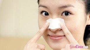 Ilustrasi: penggunaan pore pack untuk hilangkan komedo di hidung