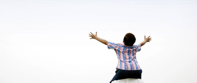 Ilustrasi: orang tua membantu anak meraih mimpi