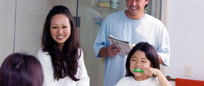 Ilustrasi: orang tua dan anak bersama-sama menjaga kesehatan gigi
