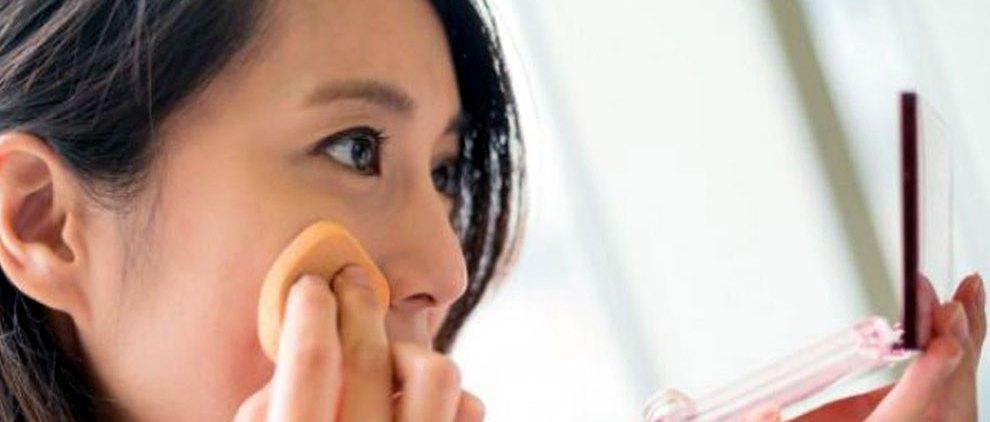 Ilustrasi: wanita memakai bedak (sumber: benda-bertuah.com)