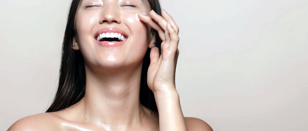 Ilustrasi: wanita pemilik glass skin (sumber: 100percentpure.com)
