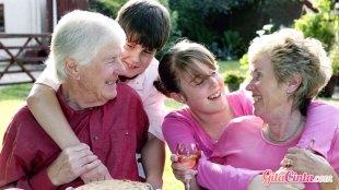Ilustrasi: kakek, nenek, dan cucu-cucunya