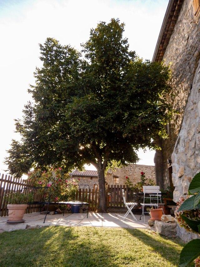 """La terrasse de charme sous le tilleul du Gîte """"bondjou"""" du Domaine Rouretord"""