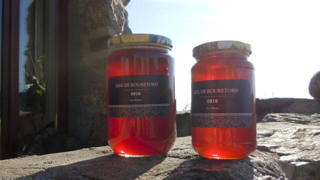 Présentation des pots de miel de Rouretord.