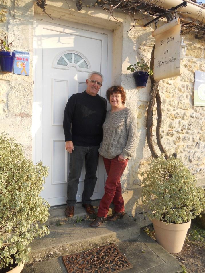 Gérard et Nicole devant la porte d'entrée de leur maison