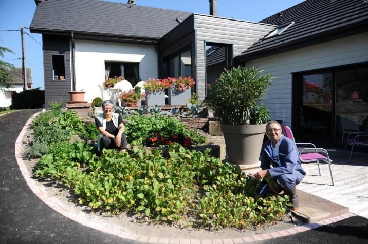 Brigitte et Pierre devant leur maison d'hôtes
