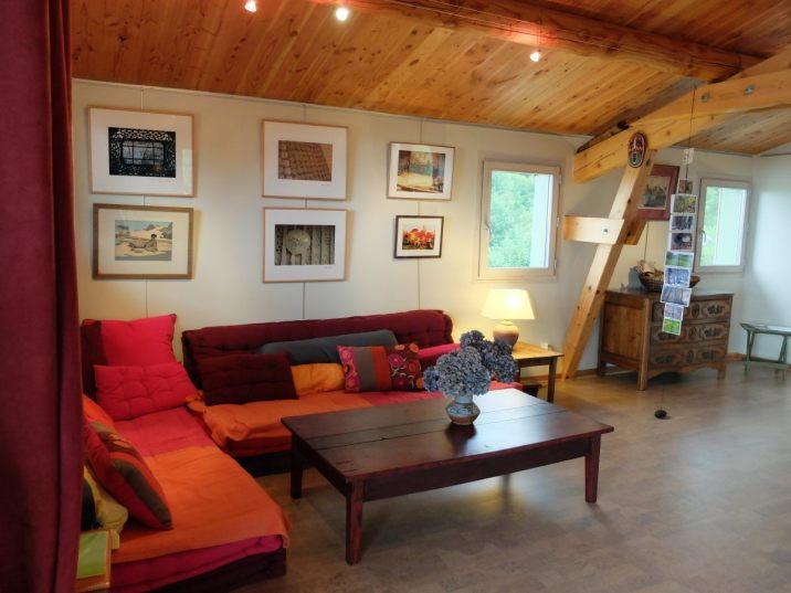 Le salon avec ses couleurs chaudes représente la convivialité