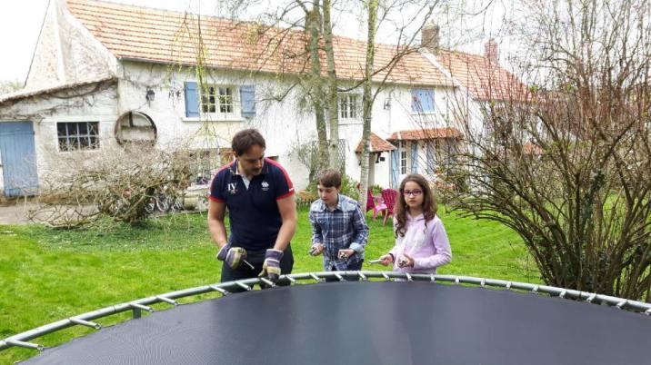 Montage du trampoline par Jean-François avec les enfants