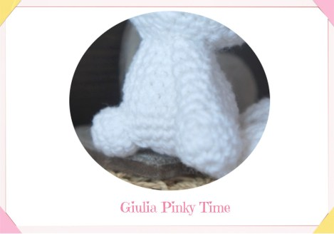 Foto coda del coniglietto bianco amigurumi