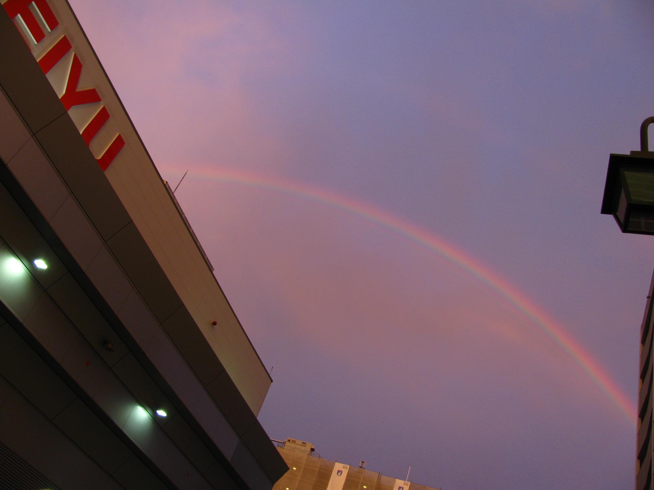 Arcobaleno visto da vicino casa mia alla fine di una giornata grigia e nuvolosa