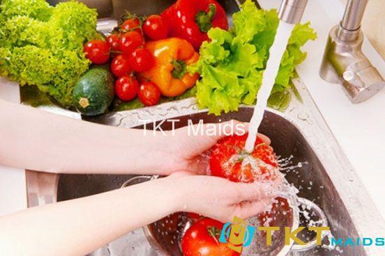 Rửa sạch nguyên liệu để loại bỏ bụi bẩn
