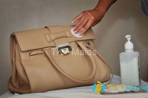 Hình ảnh: Dùng bọt xà bông để vệ sinh đồ da