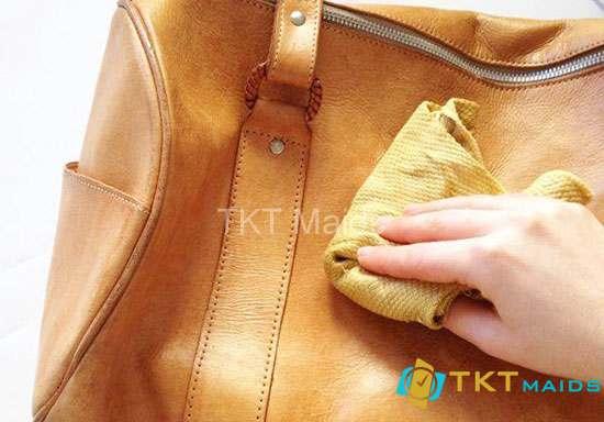 Hình ảnh: Lau chùi vết mỡ trên túi da