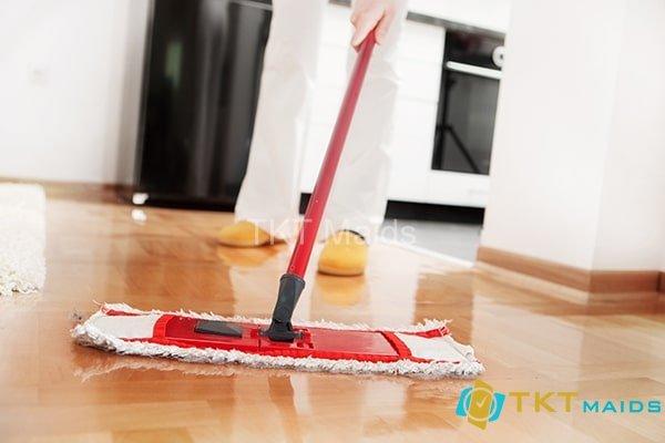 Lau sàn nhà sau khi đã quét bụi xong