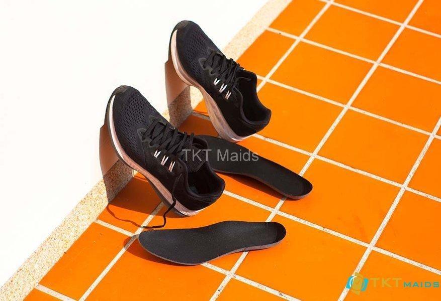 Phơi giày dưới ánh mặt trời để khử mùi hôi giày của bạn