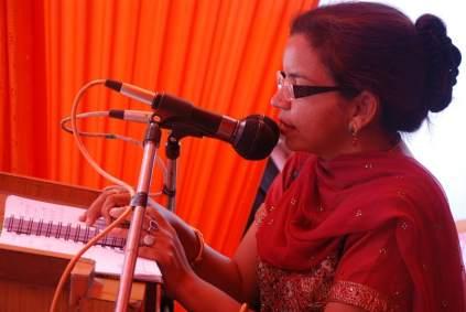 Une oratrice lors d'un séminaire d'autonomisation des femmes.