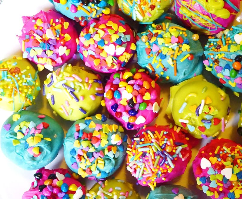 So many pretty colors on these Super Duper Moist Cake Balls!