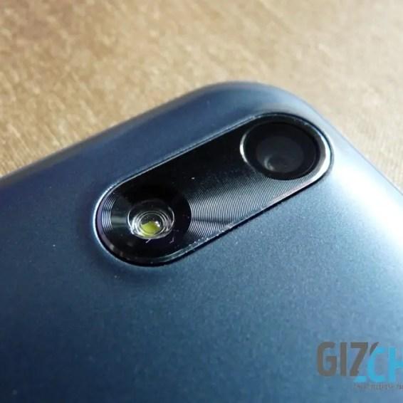 Zadný fotoaparát a LED blesk