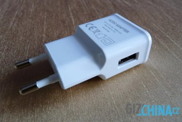 USB port pre kábel je naboku