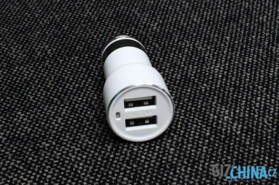Dva USB konektory doplňuje mikrofon.