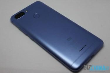 Bledě modrá barva telefonu velmi sluší