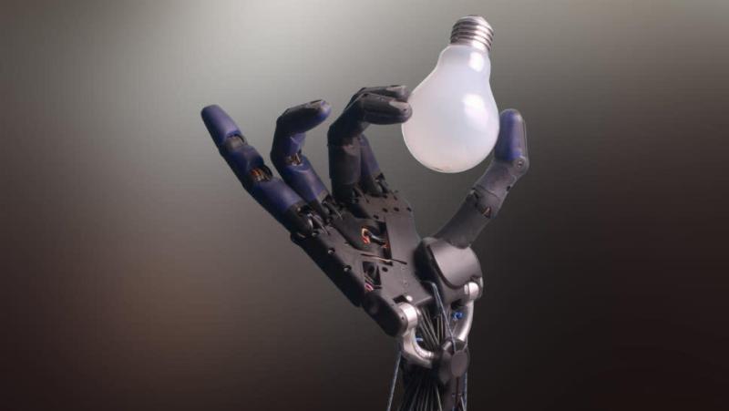 Mão robótica segurando uma lâmpada