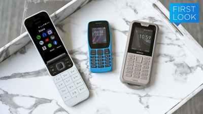 Celulares Nokia 2720 (branco de flip), Nokia 110 (azul, pequeno, com teclado numérico) e Nokia 800 (cinza, um pouco maior e mais robusto).