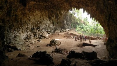 """Gruta de Liang Bua na ilha das Flores, onde foram descobertos exemplares da espécie """"Hobbit"""". Imagem: Equipe Liang Bua."""