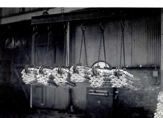 Bunter med aluminiumsbarrer fra Nitriden. Råmaterialet til askebegeret som nettopp ble omtalt.