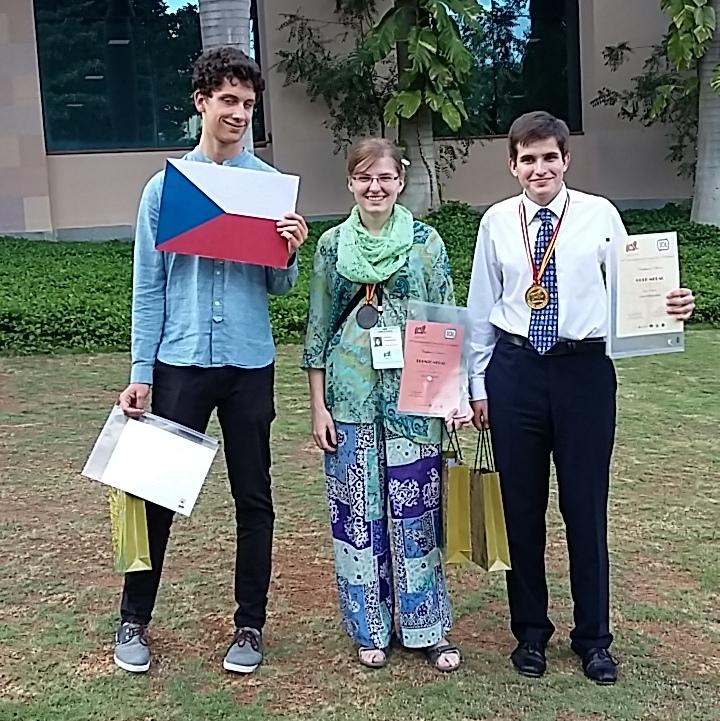 Zuzka a Honza na fotografii převzaté ze zprávy na http://www.ff.cuni.cz/2016/08/cesti-studenti-privezli-zlato-mezinarodni-lingvisticke-olympiady/