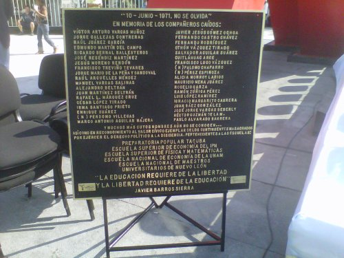 """Placa """"10 de junio no se olvida"""""""