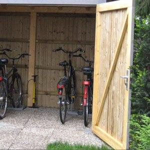 Tür-und Torrahmen flächenbündig eingebaut im Schuppen