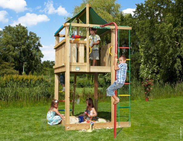 Spielturm Lodge mit Feuerwehrstange