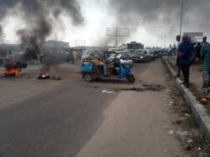 JUST IN!! Police Allegedly Killed Mother, Baby On High Chase In Warri (VIDEO) 2